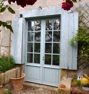 Porte d'entrée style porte fenêtre avec petits bois et finition RAL.