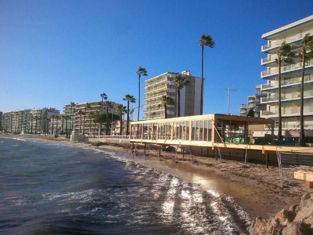 Menuiseries repliables pour un restaurant de plage sur la côte d'Azur.