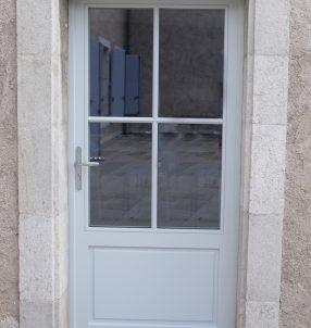 Porte Bois 68mm, avec petits bois collés et finition RAL 9018.
