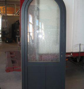 Porte d'entrée en mixte vue côté extérieur avec aluminium RAL 7016 Gris Anthracite.